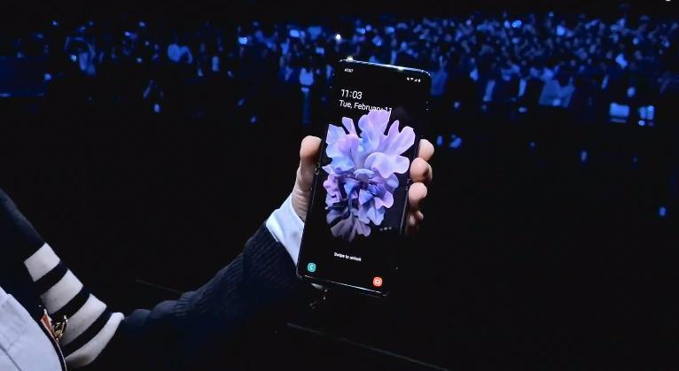 Samsung представил складной смартфон Galaxy Z Flip (photo 2020 02 11 22 32 43)