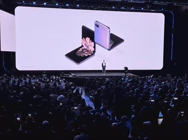 Samsung представил складной смартфон Galaxy Z Flip (photo 2020 02 11 22 32 48)