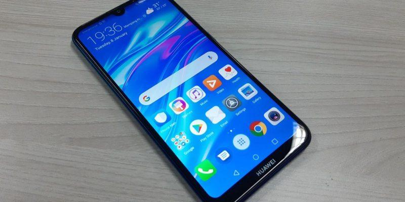 Huawei Nova 7 получит процессор Kirin 985 (2019 smartphone huawei y7 pro 2019 lies on a wooden table 133245 19)