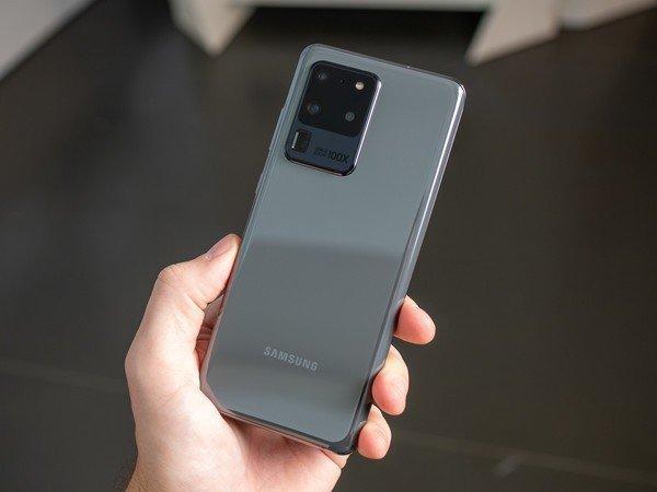 Смартфоны Samsung Galaxy S20 поступили в продажу в России (galaxy s20 ultra grey back in hand)
