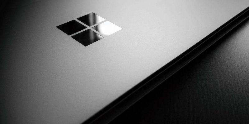 Microsoft запатентовала складное устройство с тремя экранами (1559130291 4268x2845 4541289 microsoft microsoft windows windows 10 wooden surface logo laptop scaled 1)
