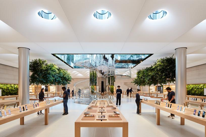 Продажи iPhone могут упасть на 36% во втором квартале 2020 года (apple store fifth avenue new york redesign interior 091919 big.jpg.large)