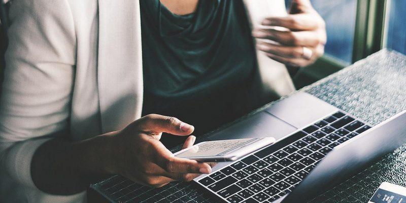 Спрос на ПК растёт, но поставки падают из-за коронавируса (business woman phone laptop pixabay)