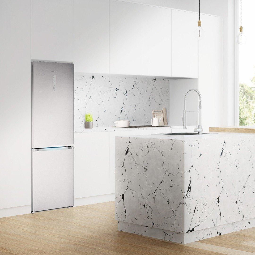 В России начали продаваться новые вместительные холодильники Samsung RB7000 (samsung bottom freezer refrigerator rb7000j rb41r7899sr ef square lifestyle image 02)