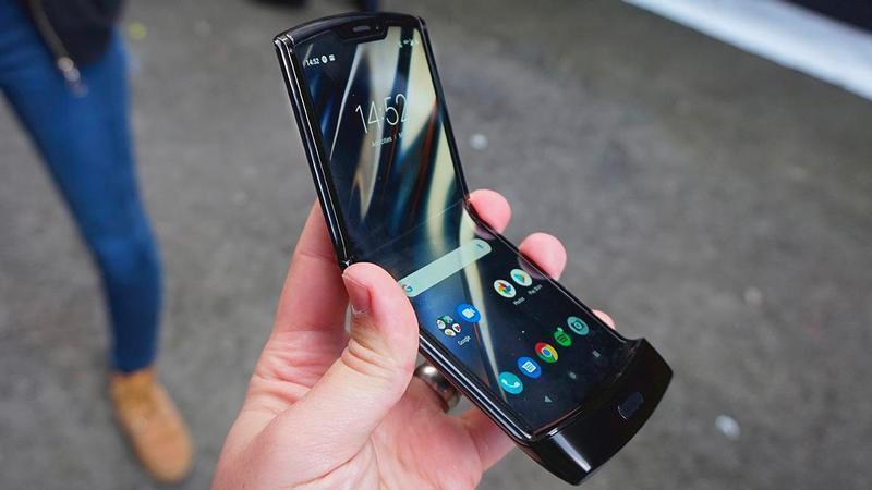 Motorola планирует сделать новый складной Razr в сентябре (1579711941 motorola razr 2020 review hands on)