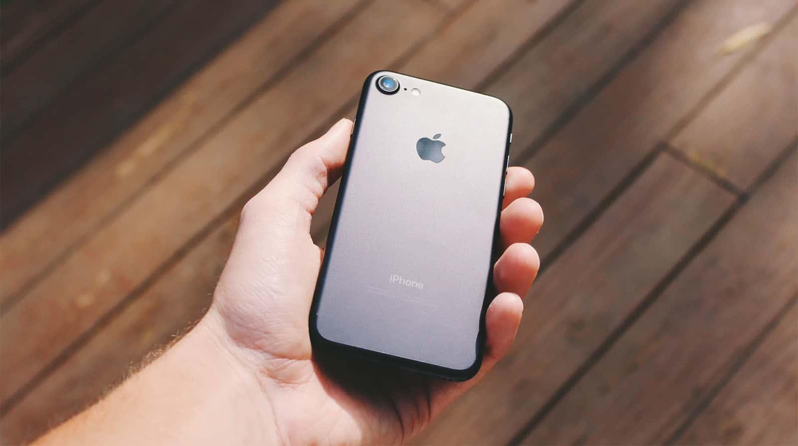 ФБР разблокировало iPhone без помощи Apple (iphone 8 in hand)