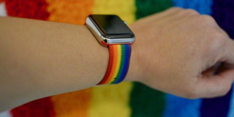 Apple сделала два новых радужных ремешка Watch для Pride (vot kak poluchit novoe lico apple watch ot pride 1)