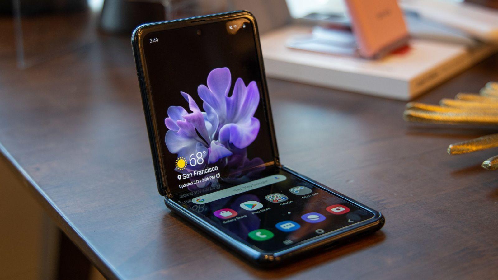 Samsung представит Galaxy Z Flip с поддержкой 5G (samsung z flip scaled 1)