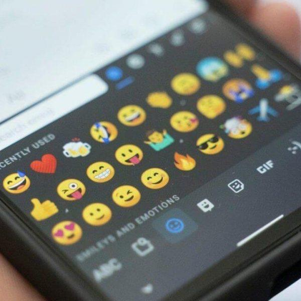 В клавиатуру GBoard добавили строку быстрого доступа к emoji (gboard emoji android 1 1280x720 1)