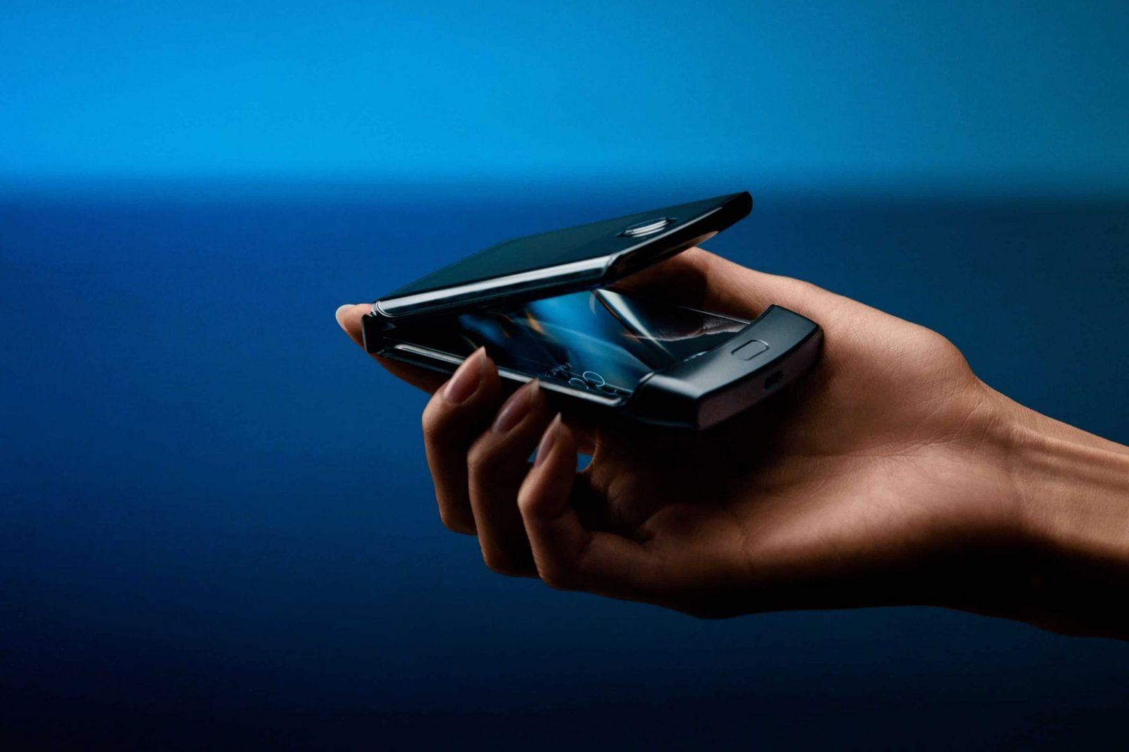 В сеть слили фото смартфона Motorola RAZR (motorola razr 2019 fold scaled)