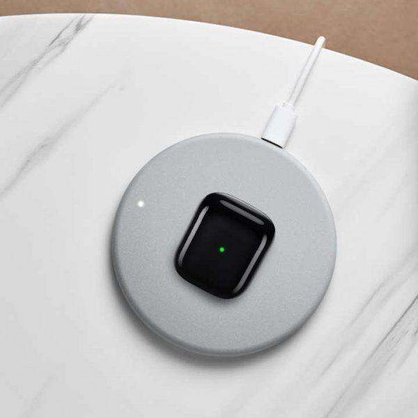 Realme представила новое беспроводное зарядное устройство мощностью 10 Вт за 12 долларов (realme buds air)