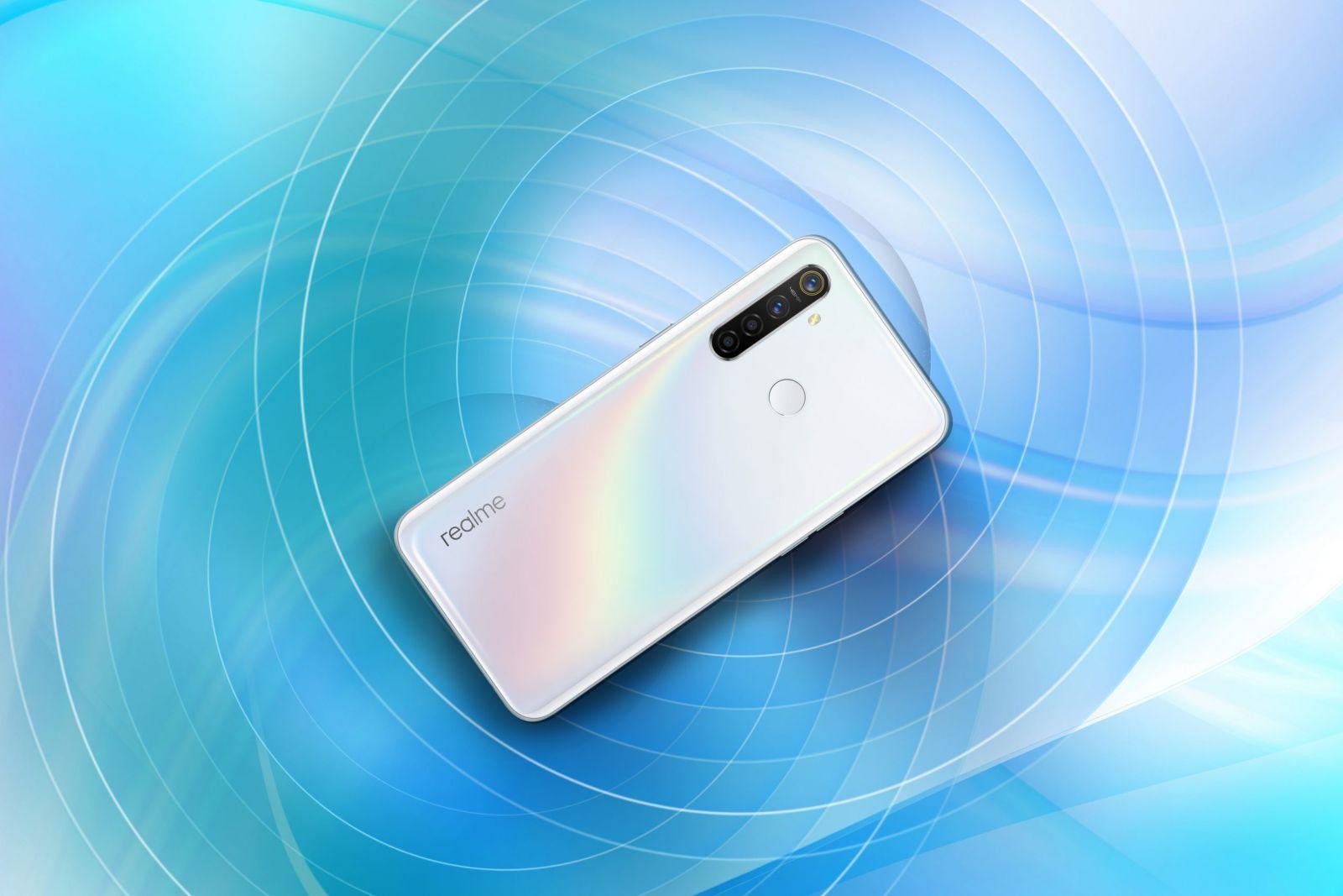 Realme 5 Pro теперь доступен в цвете Chroma White (realme 5 pro chroma white realme central 2 scaled 1)