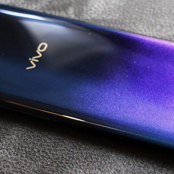 Смартфон меняющий цвет на задней панели оказался разработкой Vivo (7de6c060 b03b 43a6 9f86 862db173f3f8)