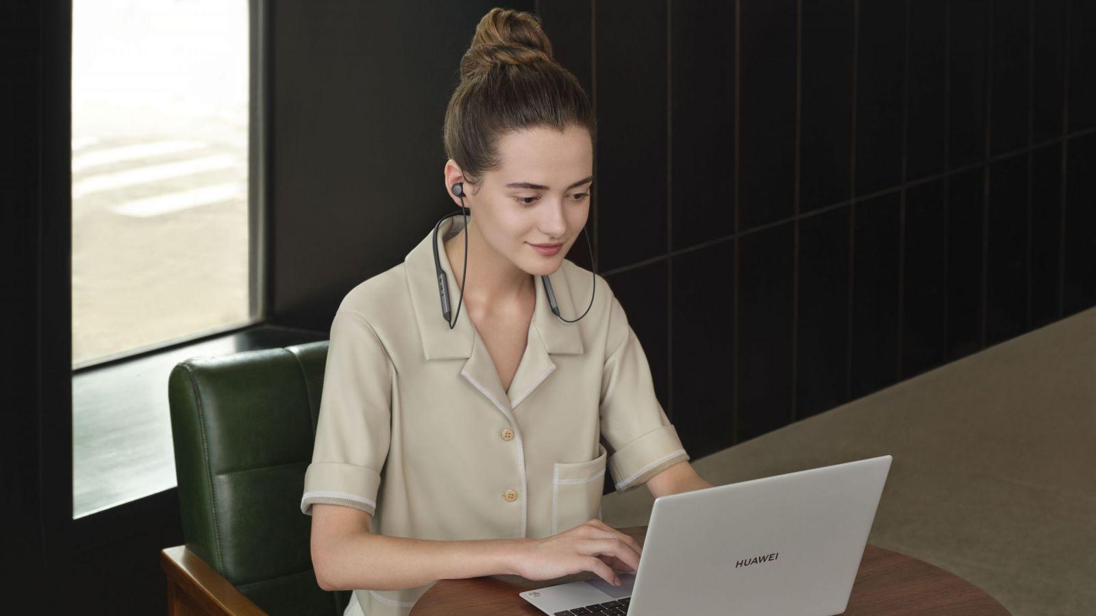 Huawei выпустил наушники FreeLace Pro в России (mkt nile creative photo female with pc black jpg 20200706 scaled)