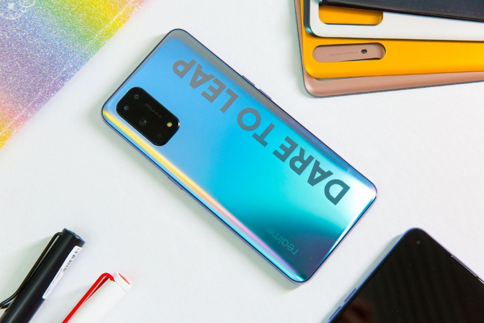 Топовый чип, квадрокамера и большой экран. Представлены смартфоны Realme X7 и X7 Pro (realme x7 official renders 6 large large)
