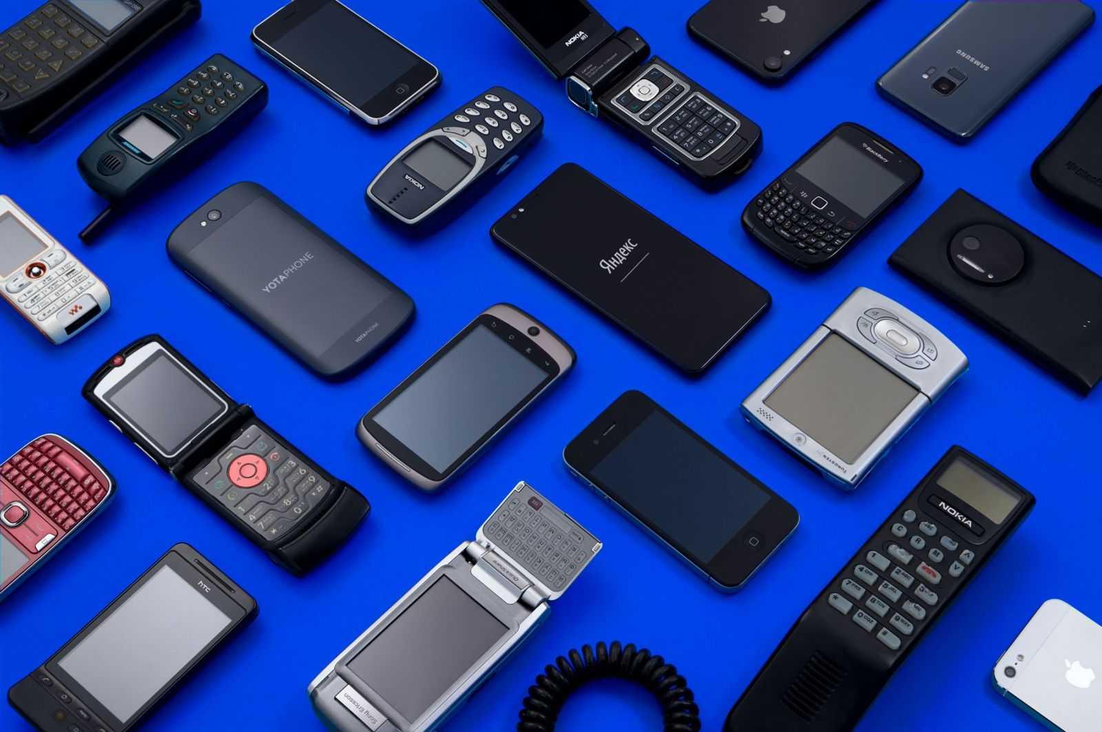 Яндекс Маркет открыл выставку смартфонов в музее Яндекса в Москве (telefony sinij scaled)
