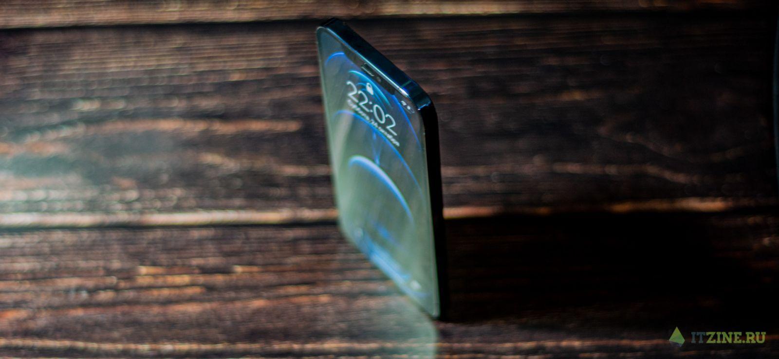 iPhone 12 Pro, вид сверху