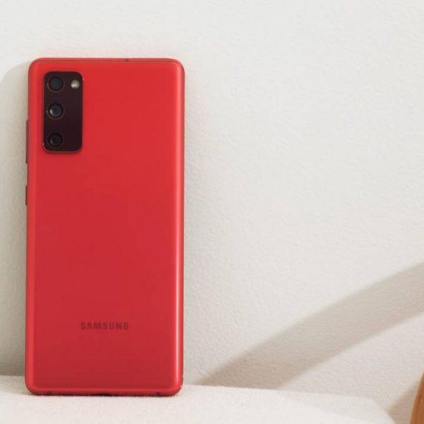Пользователи Samsung Galaxy S20 FE жалуются на проблемы с дисплеем (Galaxy S20 FE Cloud Red 1 1280x720 2)