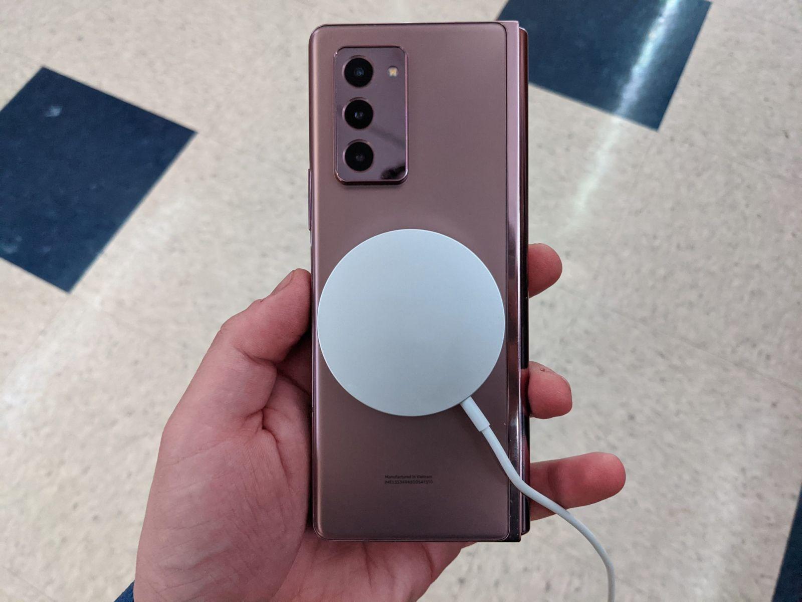Новое зарядное устройство Apple MagSafe работает на Samsung Galaxy Z Fold 2 (PXL 20201019 211805735 scaled 1)