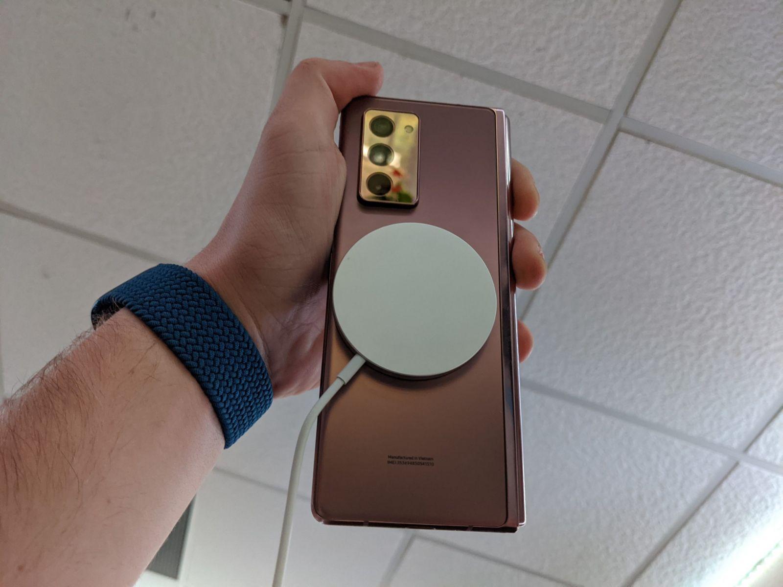 Новое зарядное устройство Apple MagSafe работает на Samsung Galaxy Z Fold 2 (PXL 20201019 211842521 scaled 1)