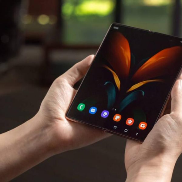 ТОП-5 складных смартфонов 2020 года (galaxy z fold 2 5g 1598967298 1040x690 1)