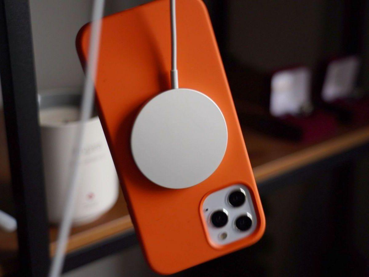 Apple подтвердила: дорогая зарядка MagSafe Duo заряжает медленнее обычной MagSafe (magsafecasedangle scaled 1200x900 1)