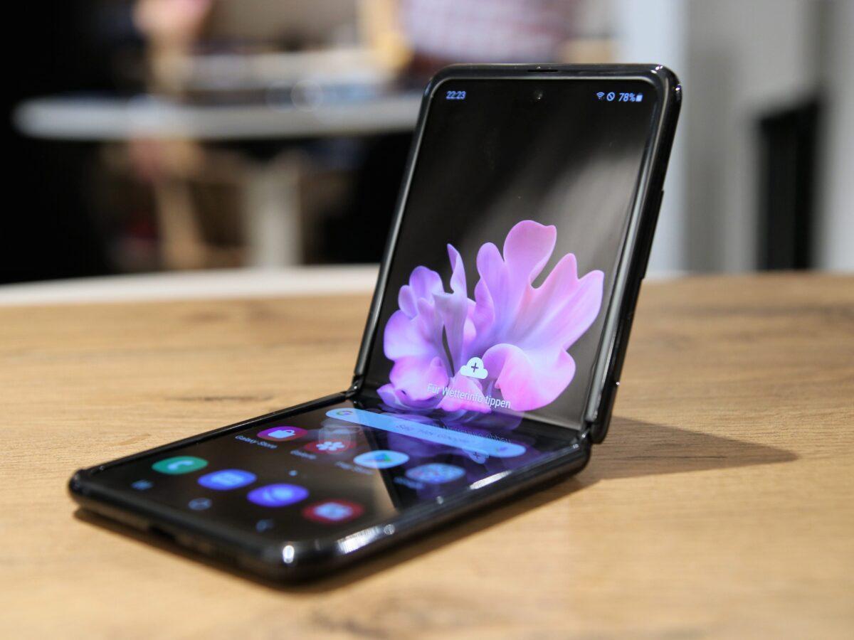 ТОП-5 складных смартфонов 2020 года (samsung galaxy flip hands on 1 1200x900 1)