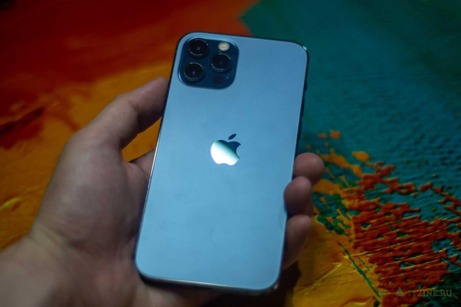 iPhone 12 Pro в руке
