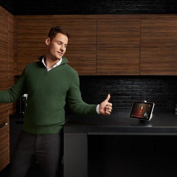Сбер запустил продажи SberPortal, умного экрана с ассистентами (HSXXjYbgywM)
