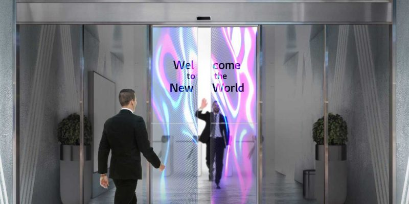LG разрабатывает автоматические двери с прозрачными OLED-экранами (Transparent OLED Automatic Door 03 scaled)