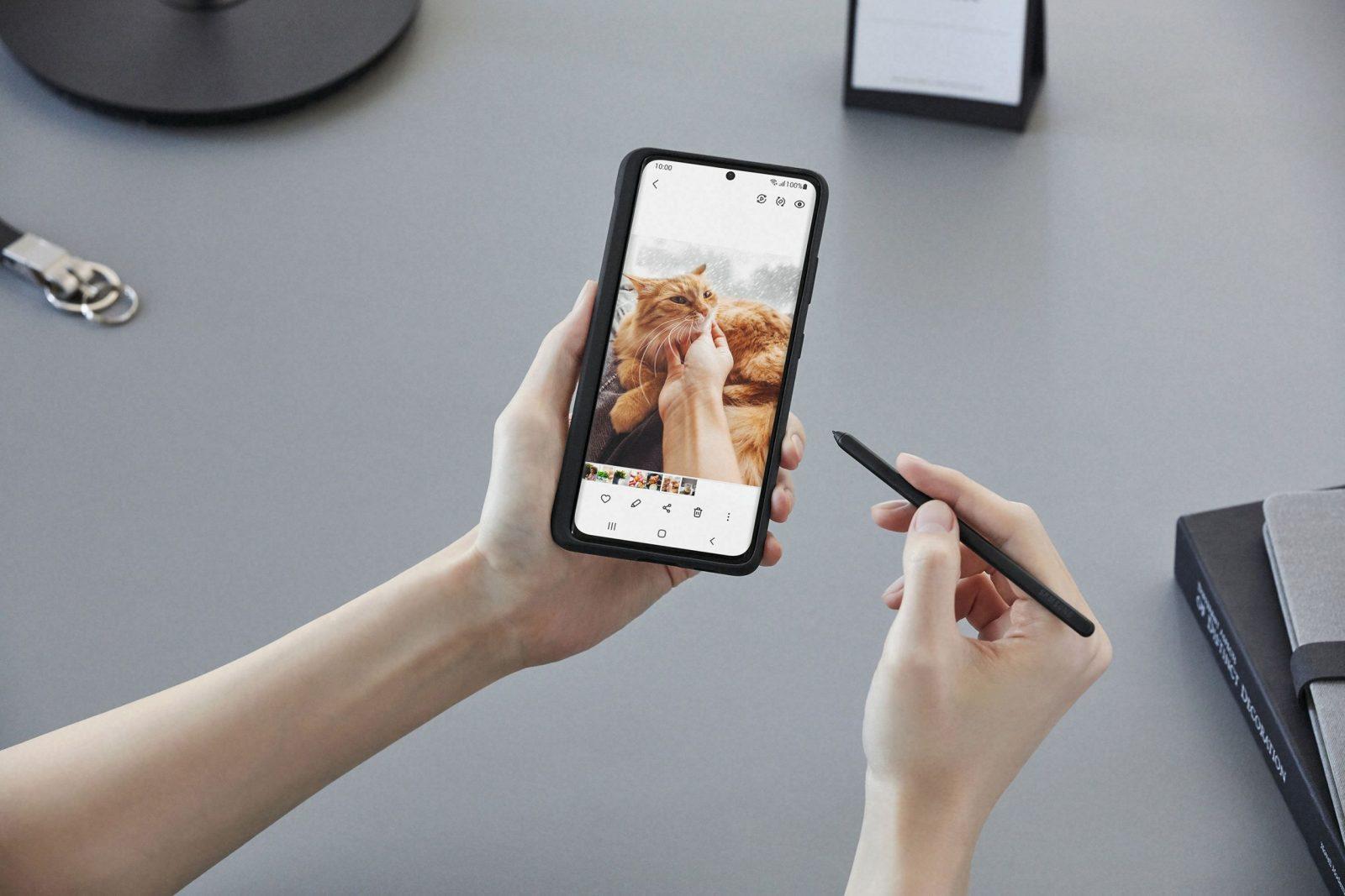 Флагманские смартфоны Galaxy S21 поступили в продажу в России (03 galaxys21 ultra handson spen 201230060017 scaled 1)