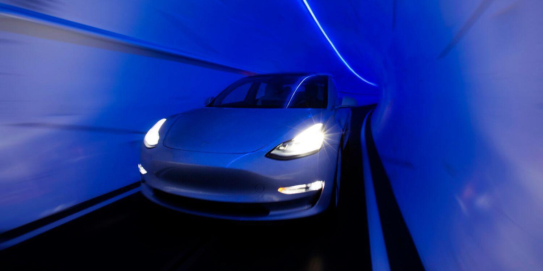Илон Маск проложит туннель под Майами за 30 миллионов долларов (a car inside a tunnel dug by the boring company)