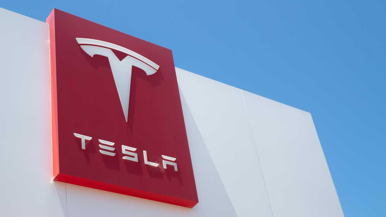 Tesla инвестировала 1,5 млрд долларов в биткоин, криптой можно будет оплатить автомобиль (tesla logo)
