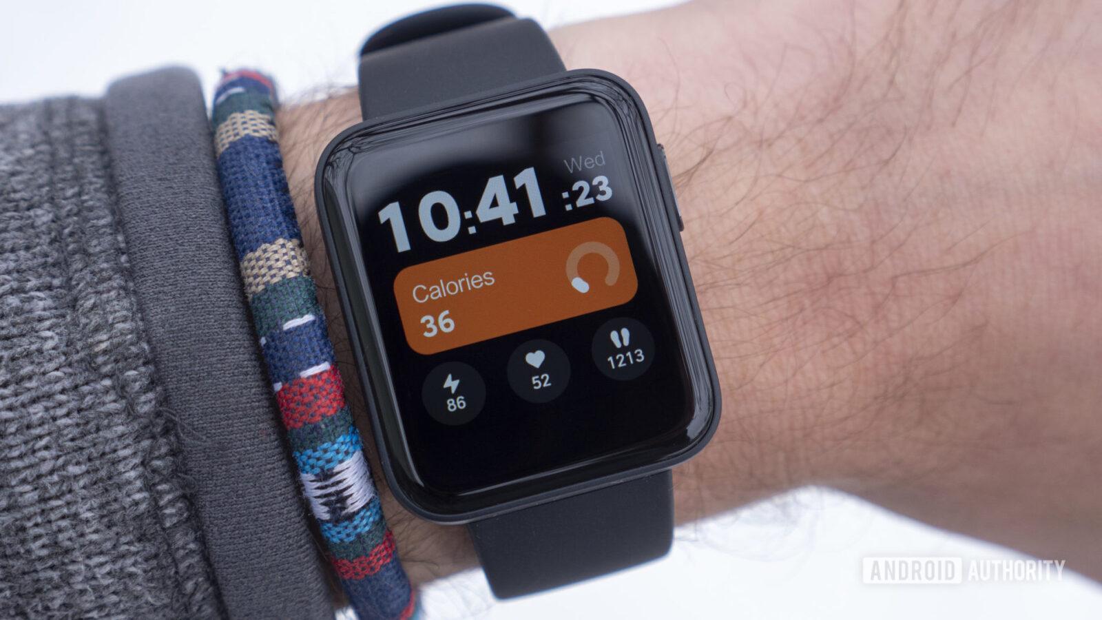 Xiaomi открывает предзаказ на умные часы Mi Watch Lite в России (xiaomi mi watch lite review on wrist watch face display 2 scaled 1)