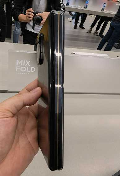 Mi Mix Fold позирует на живых фото (4 1)