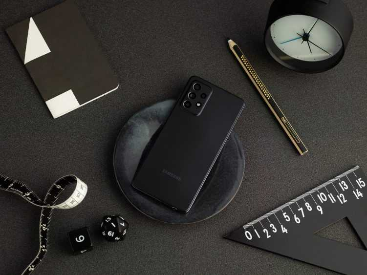 Samsung представил Galaxy A52 и A72 на Galaxy Awesome Unpacked (galaxy a52 lifestyle black 751x563 1)