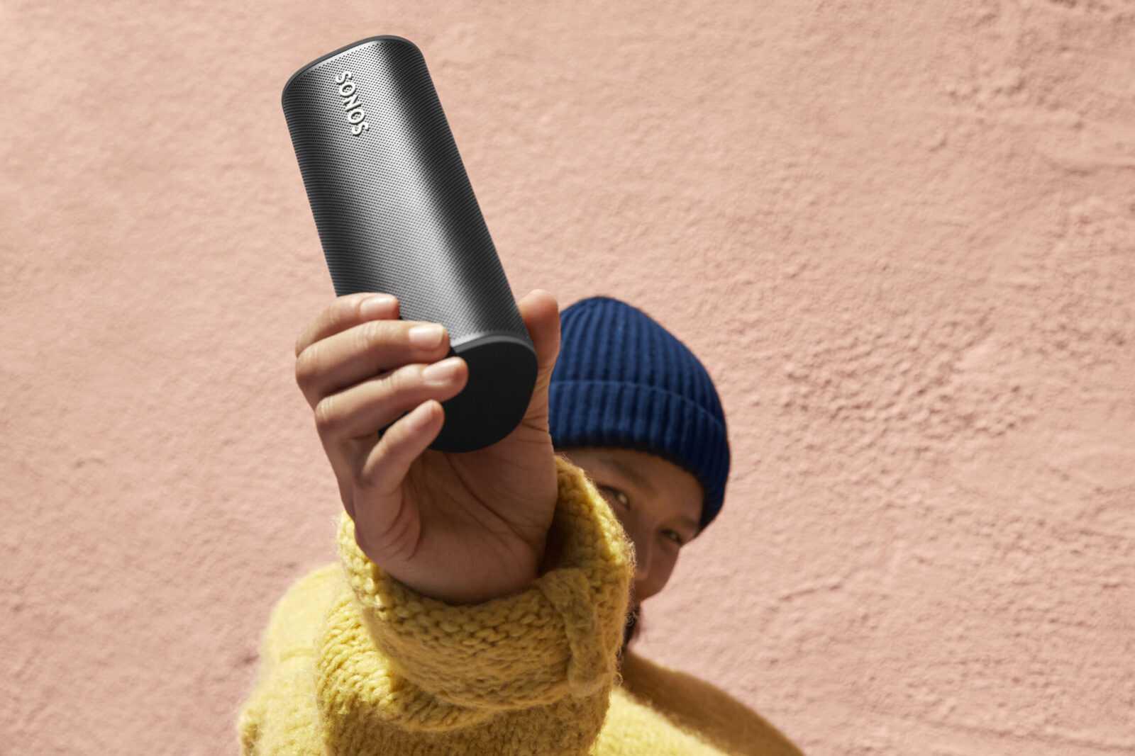 Sonos выпустила Roam — ультрапортативную умную колонку (in hand 2 black scaled)