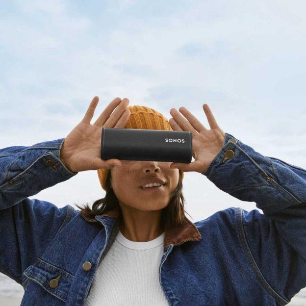Sonos выпустила Roam — ультрапортативную умную колонку (lifestyle 2 black scaled)