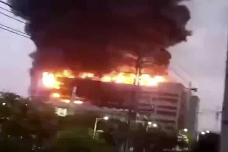 В Шанхае огонь уничтожил фабрику по производству компонентов для MacBook и iPad (10 1)