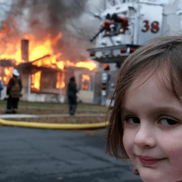 Девочка на фоне горящего дома. Популярный мем продали на NFT-аукционе за $500 000 (349763 83097 4430b431ff p.0)
