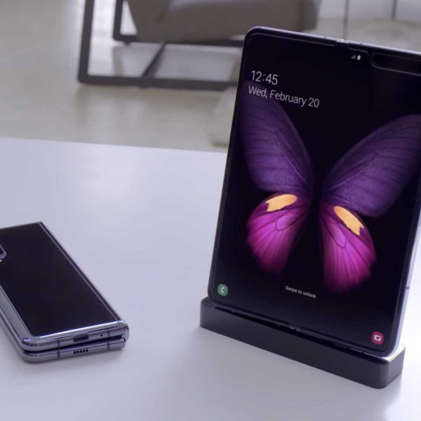 Samsung Galaxy Fold подешевел вдвое (galaxy fold live shot samsung promo large)
