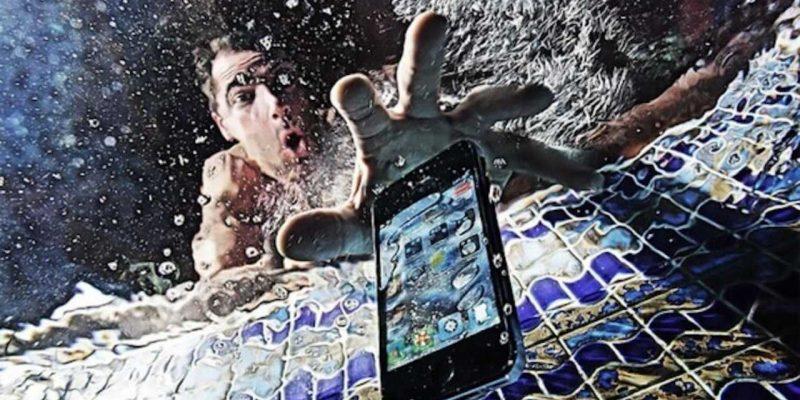 Нужна ли флагманскому смартфону защита от воды? Результаты опроса (phone in water 01 1280x720 1)