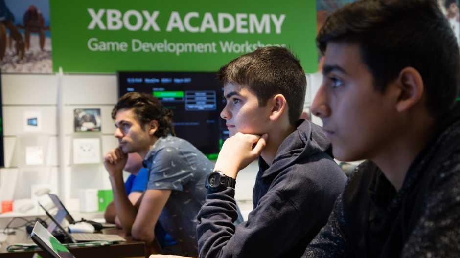 Microsoft научит школьников создавать игры для консоли Xbox (xbox academy at microsoft store 1 hero)