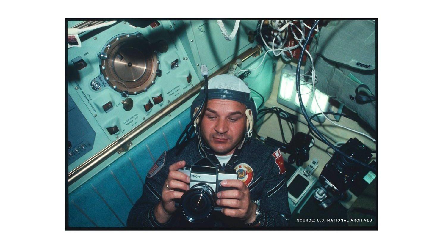Командир экипажа «Союза-19» Алексей Леонов запечатлел своего коллегу — космонавта Валерия Кубасова с камерой ФК-6 в руках