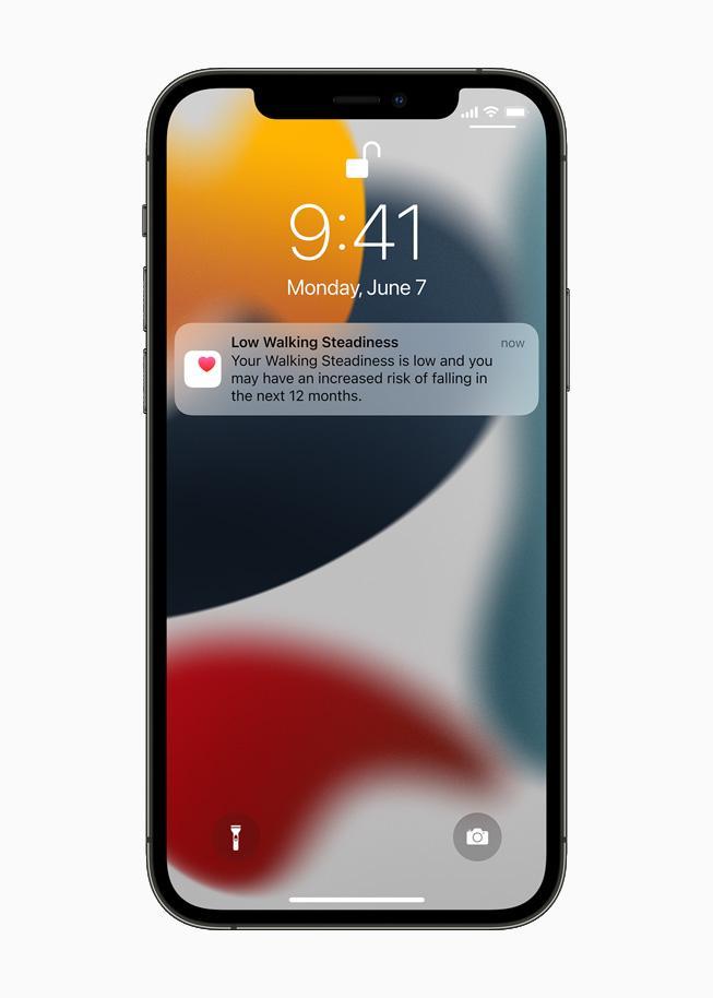 Apple позволит безопасно делиться данными о здоровье и покажет более подробную статистику (apple wwdc21 ios15 health app lock screen notification walking steadiness 06072021 carousel.jpg.large)