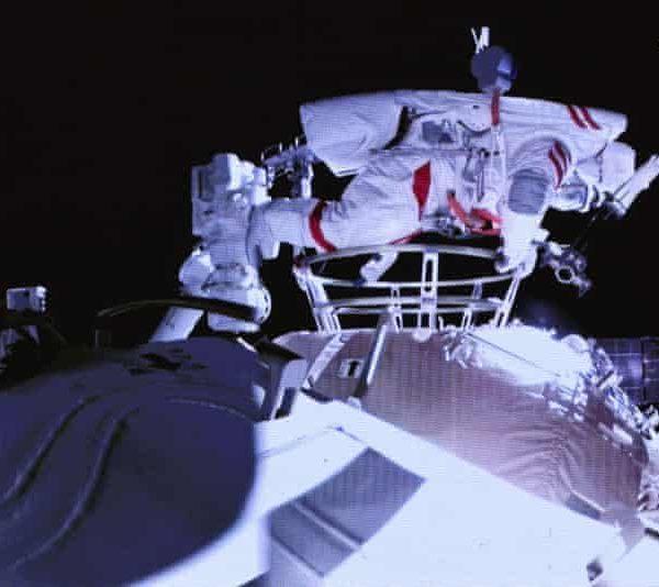 Астронавты Китая совершили первый в своей истории тандемный выход в открытый космос (2613)