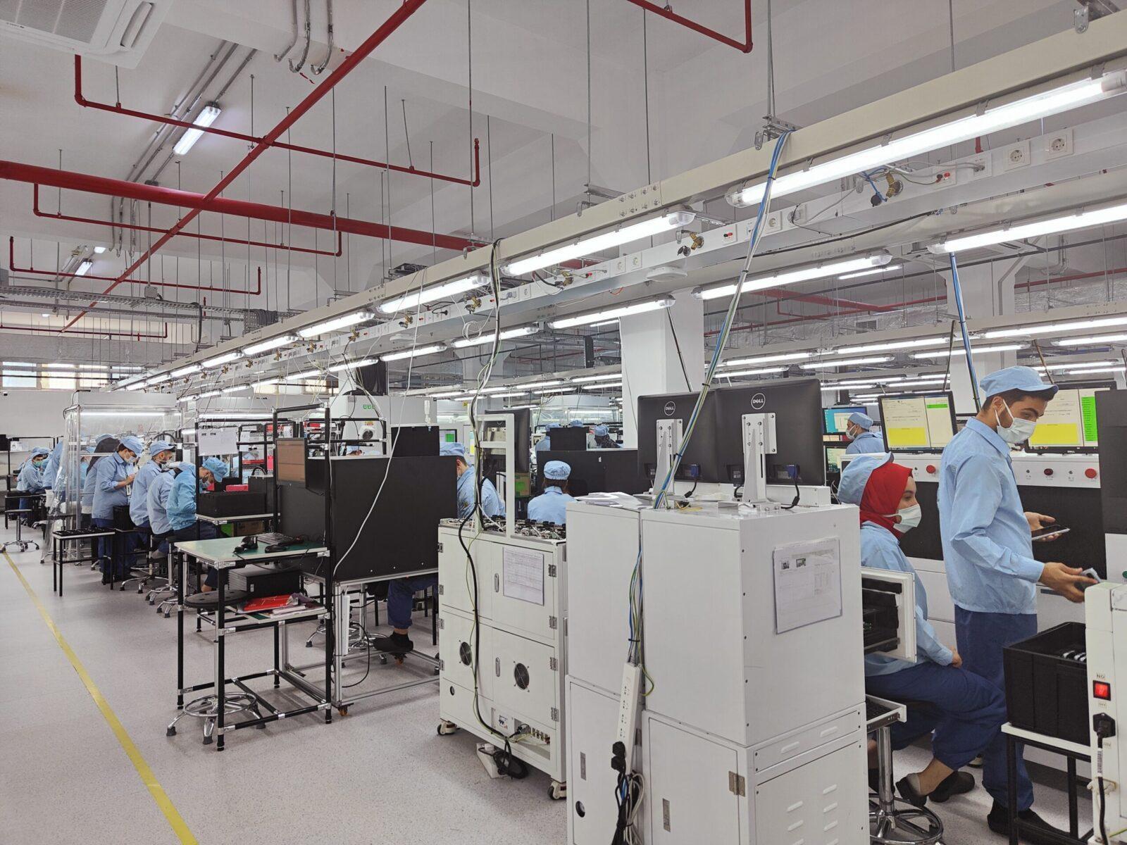 OPPO запускает новый завод в Турции (factory inside1 scaled)