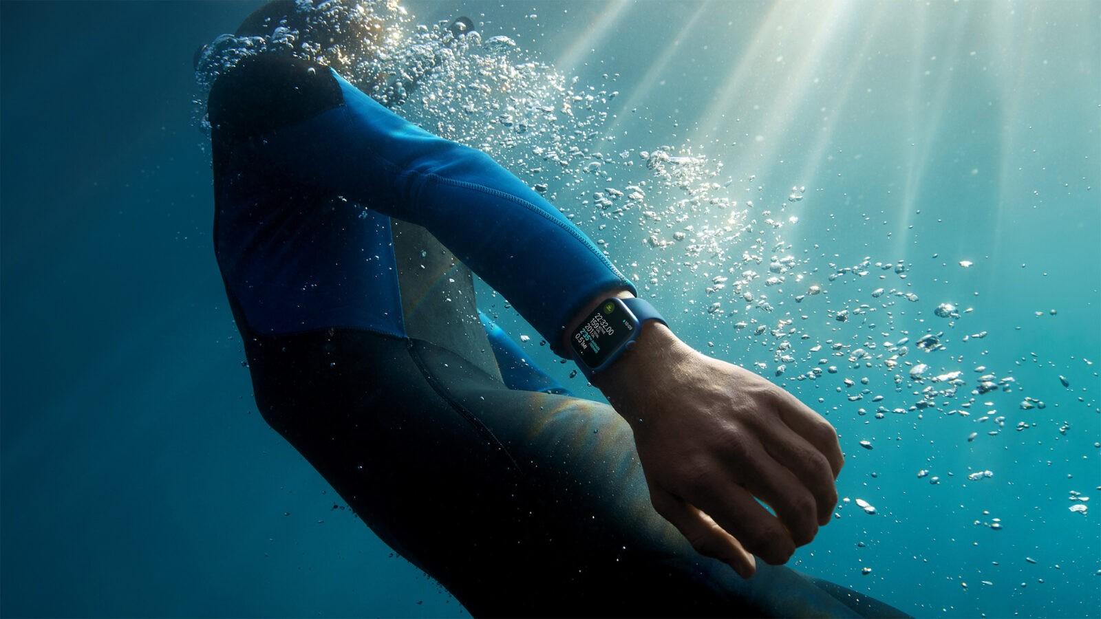 Apple выпустила Apple Watch series 7, самые прочные часы (Apple watch series7 lifestyle 02 09142021)