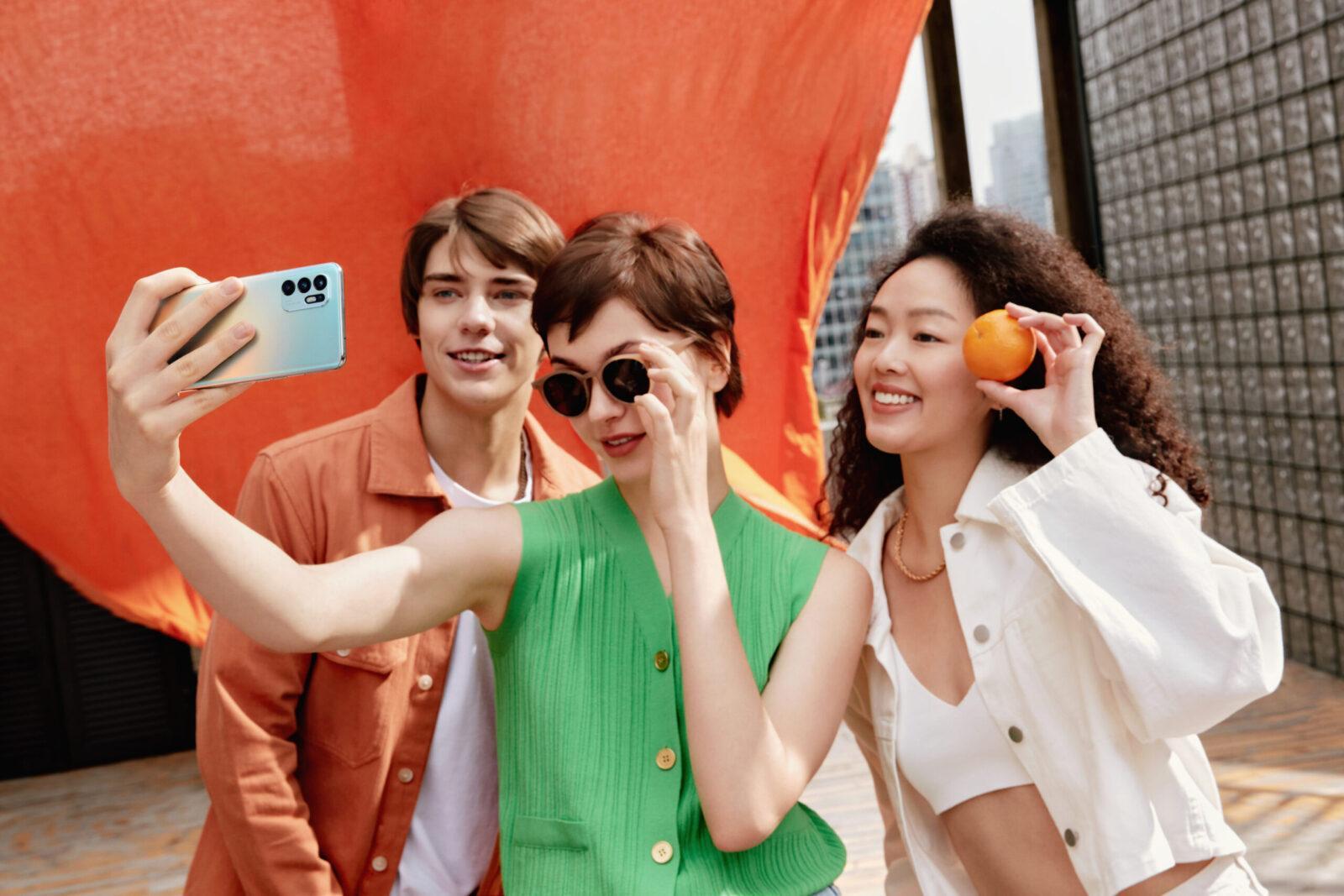 OPPO представила смартфон Reno6 c уникальными функциями портретного видео (oppo reno6 selfie scaled)