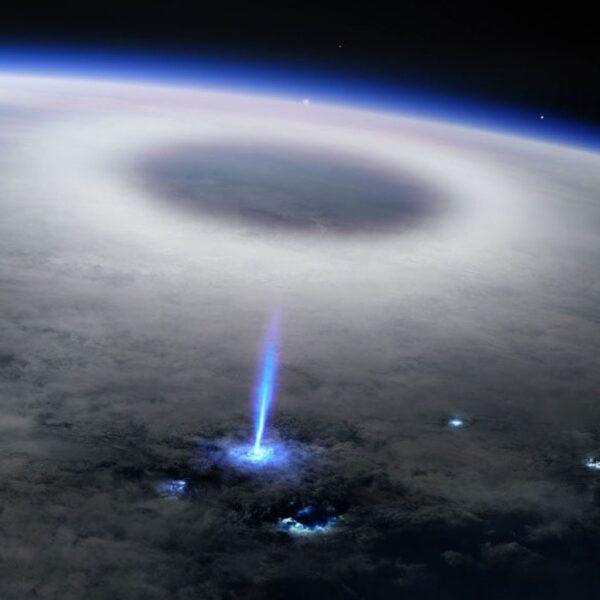 Фотография космонавта показывает огромную синюю вспышку в атмосфере Земли (1920x1080)